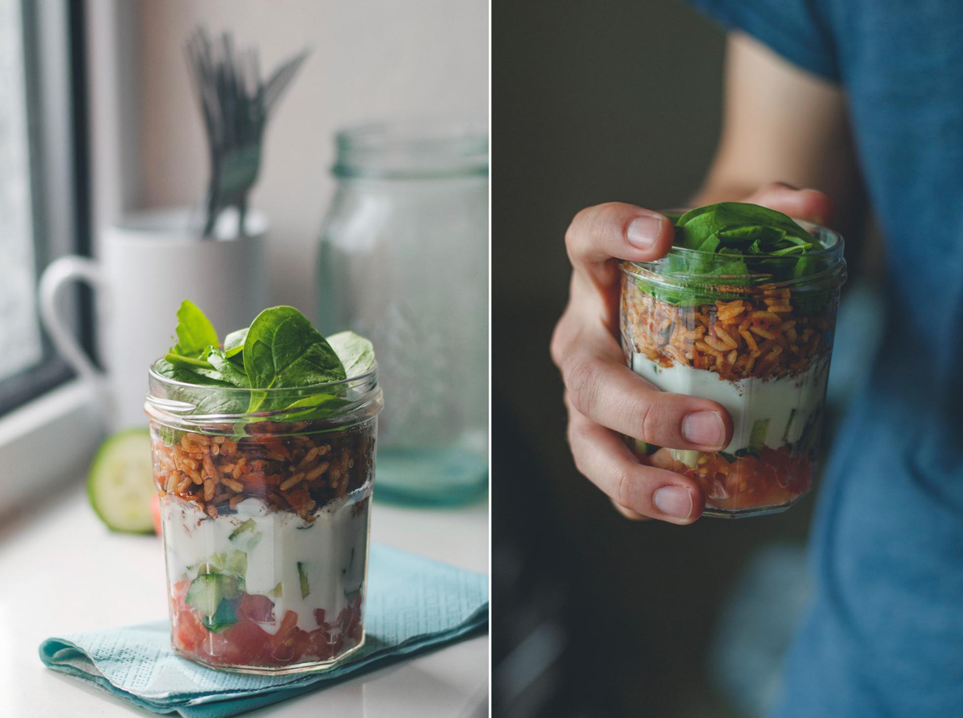 Sałatka w sloiku z ryżem i szpiankiem