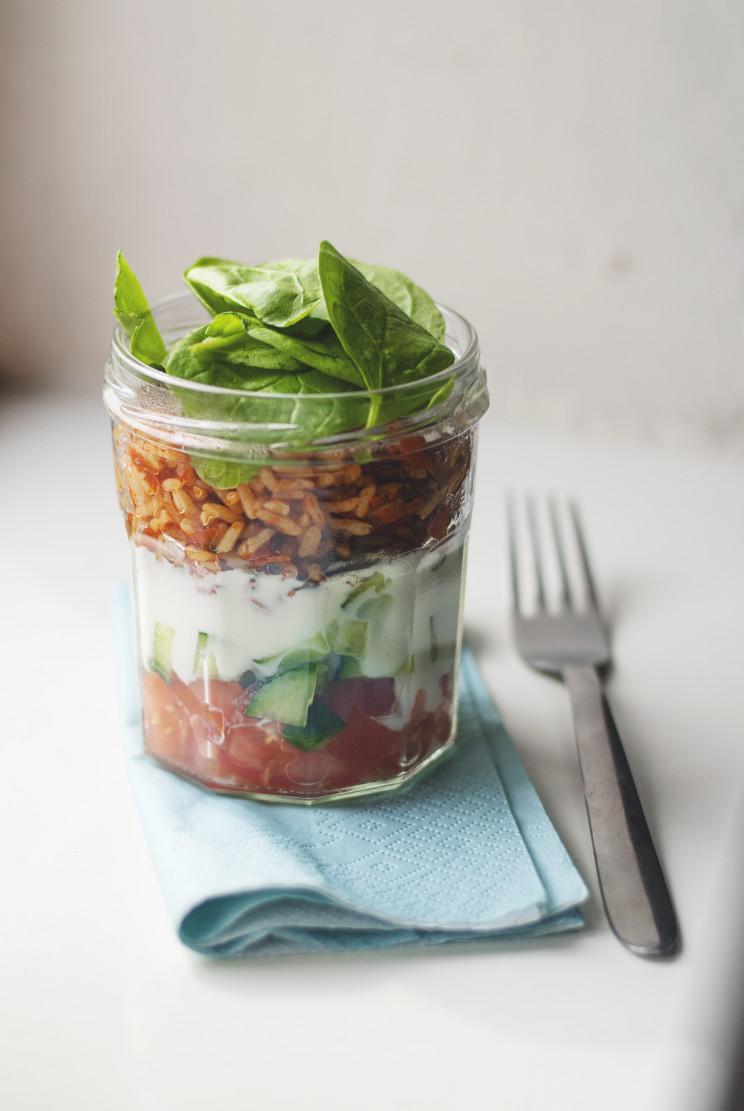Sałatka w słoiku z ryżem i pomidorami
