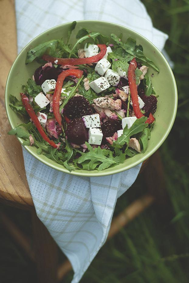 Lunch do pracy salatka z lososiem